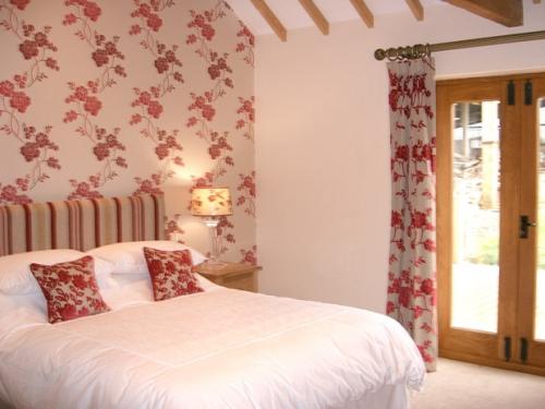 Bedroom - Contemporary decor with en-suite shower room